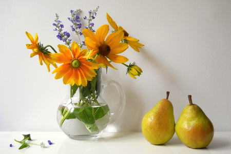 ox eye: Bouquet of black eyed susan flowers and pears. Autumn still life. Floral decoration.