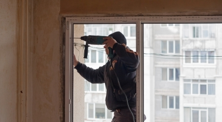 Montage: Bauarbeiter Heimwerker-, Bohr-und Montage Fenster Lizenzfreie Bilder