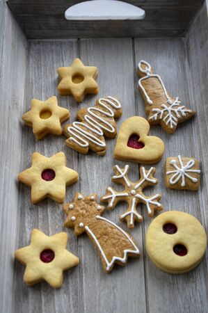 Christmas linzer sweets and gingerbread sweets, various shapes on gray wooden tray, ready to eat Stock fotó - 140440803