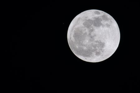 Full moon with star - 13 april 2006, 3M-CA lens (500 mm) and 2x converter (1000 mm summary) 스톡 콘텐츠