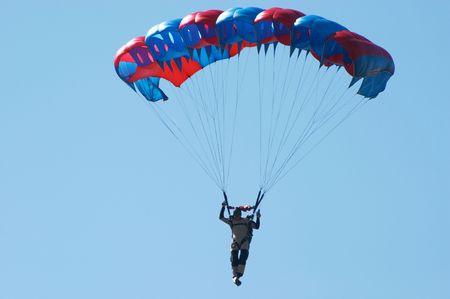 Skydiver. Novosibirsk, Luchthaven Mochishe, airshow, augustus 2006
