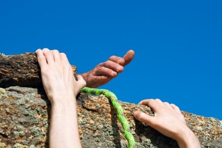 personas ayudando: Brazo fuerte y confiable amigo. Foto de archivo