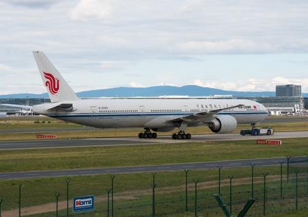 Boeing 777 pulls towing machine