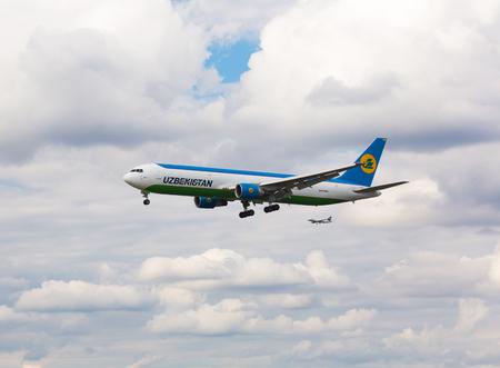 Boeing 767 Uzbekistan landing Redakční