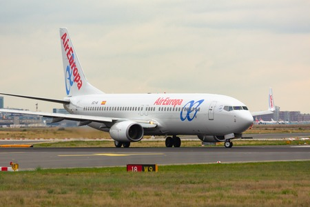 Boeing 737 taxis on the runway Redakční