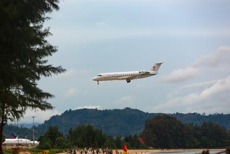 Bombardier Challenger landing approach Redakční