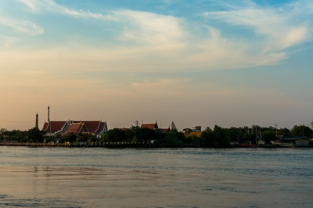 temple in thailand: Temple Thailand at Riverside con cielo