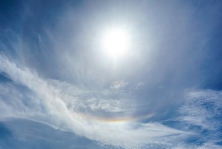 insolación: corona de sol con cielo azul de fondo