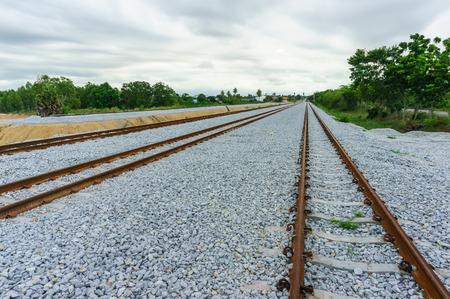 emigranti: Guide di supporto in acciaio con traversine di cemento sparsi con gravi