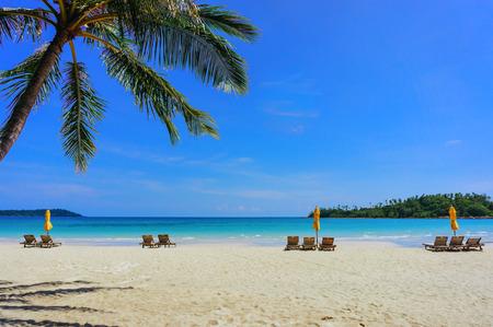 Soft-Fokus von Sandy tropischen Strand mit Liegestühlen im sonnigen Tag