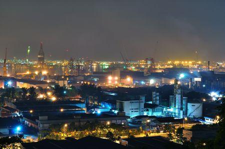 Industriegebiet in der Nähe von Jurong Island mit bunten Lichtern bei Nacht