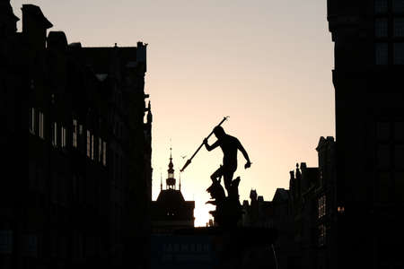 Contour photo of Old Town of Gdansk - Neptune's Fountain on Dluga Street in evening light. Poland Stockfoto