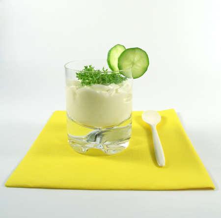 berros: jogurt griego con el pepino y el berro Foto de archivo