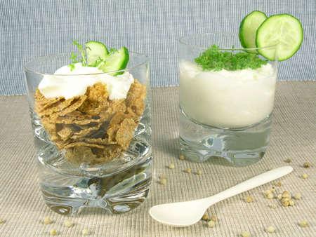berros: yogur griego con el pepino y el berro