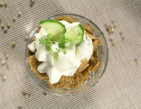 berros: de yogur griego con pepino y berros  Foto de archivo