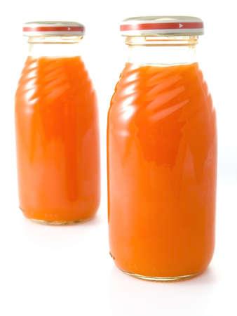 piramide nutricional: Detalle de alimentos para beb�s aislados en fondo blanco (zumo de zanahoria)