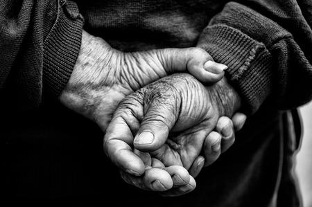 fondo blanco y negro: Manos de anciano