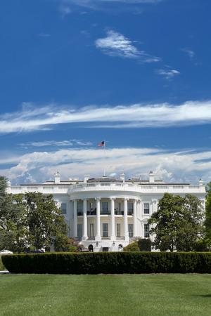 Weiße Haus über blauen Himmel bewölkt Standard-Bild