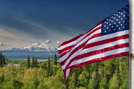 bandera estados unidos: EE.UU. americanos bandera de las barras y estrellas en el fondo el monte McKinley Alaska