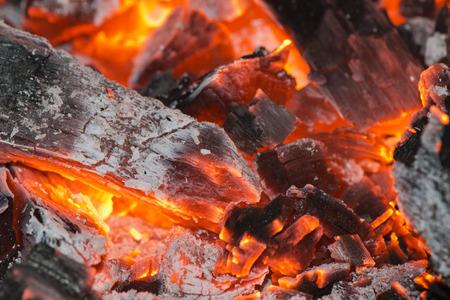glut: red hot Glut Holz Detail im Kamin