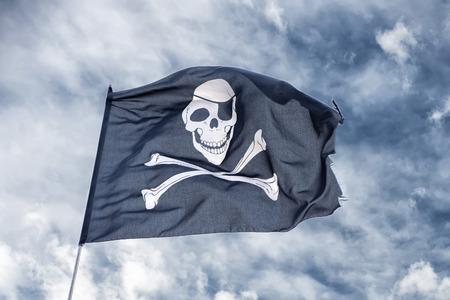 drapeau pirate: agitant drapeau de pirate Jolly Roger sur fond de ciel