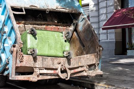recolector de basura: contenedor de basura verde en un cami�n de basura Foto de archivo