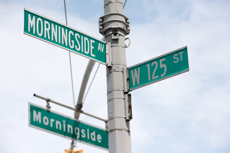 green new york street sign: Morningside Drive and 125 Imagens