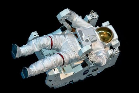 검은 배경에 떠있는 동안 우주 비행사의 우주복은 고립 에디토리얼