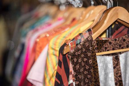 Détail de vêtements vintage à vendre dans un magasin