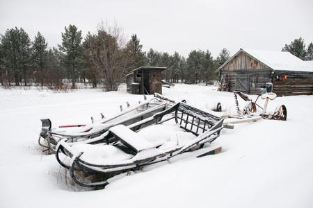 esquimales: abandonada trineo en la nieve en el pueblo de Laponia