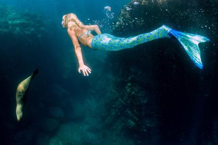 깊고 푸른 바다에서 금발의 아름다운 사이렌 인어 동안 다이빙 수중