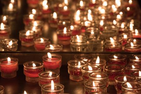 religion catolica: velas de la iglesia pizca tejiendo llamas sobre fondo negro