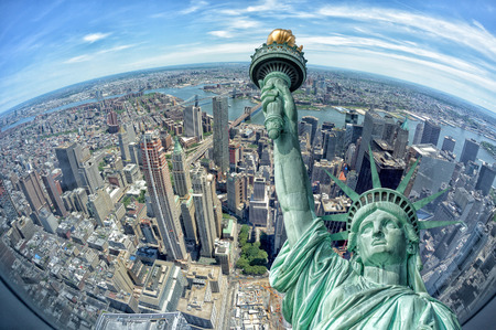 Statue of liberty on new york cityscape Imagens