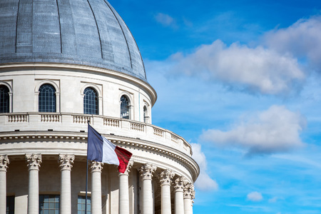 Paris Pantheon capitol dome with french waving flag Imagens