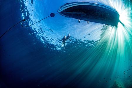 ancre marine: ancre bateau chaîne de sous-marin avec les rayons du soleil