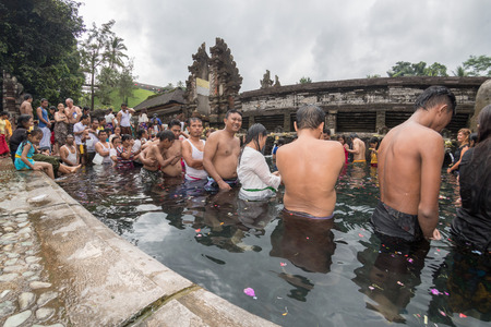 hindues: PURA TIRTA EMPUL, BALI, INDONESIA - AUGUST 17, 2016 - This temple is a bathing structure, famous for its holy spring water, where for full moon thousand of Balinese Hindus go for ritual purification.