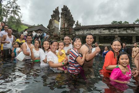 hindues: Pura Tirta Empul, Bali, Indonesia - 17 de agosto, 2016 - Este templo es una estructura de baño, famoso por su agua de manantial sagrado, donde durante la luna llena de miles de hindúes de Bali ir para la purificación ritual.