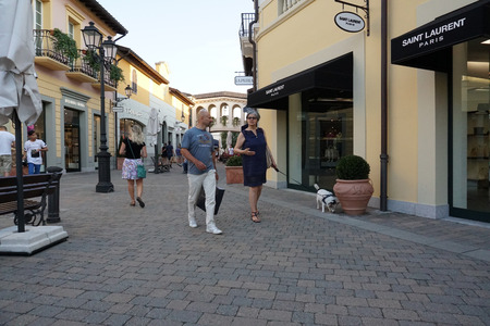 milánó: SERRAVALLE SCRIVIA, ITALY - JUNE 24 2017 - Lot of people buying fashion items at tge beginning of designer outlet Sale season