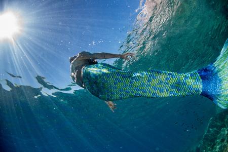 검은 머리 인어 깊고 푸른 바다와 산호초에서 수 중 수영 인 어 공주 스톡 콘텐츠