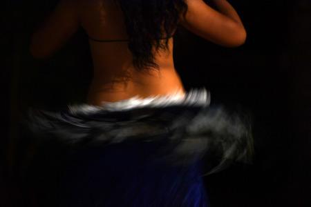 ポリネシア ダンス フラダンス夜効果に移動します。 写真素材
