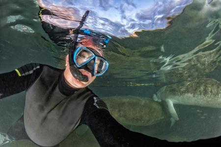 Buceo con el vendaje cerca del retrato bajo el agua en el río cristalina Foto de archivo - 86979644