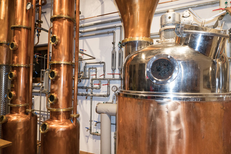 Copper still alembic inside distillery to distill grapes and produce spirits 版權商用圖片 - 91746517