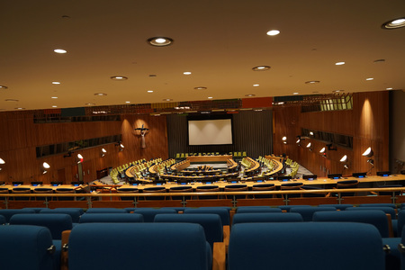 NEW YORK, USA - MAY 25 2018 - United Nations trusteeship council hall; headquartered in a complex designed by architect Oscar Niemeyer open to public 版權商用圖片 - 103566652