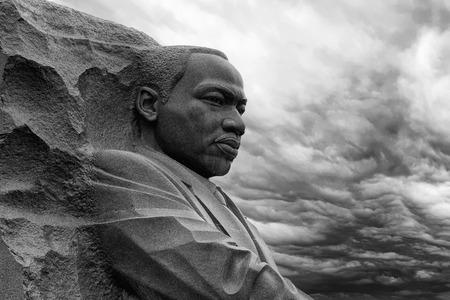 WASHINGTON DC, Estados Unidos - 17 de mayo de 2018 - Martin Luther King Memorial en día nublado