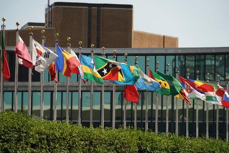 vlaggen die buiten het gebouw van de Verenigde Naties in Manhattan New York golven