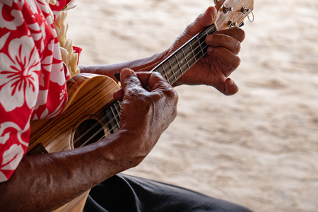 old man hands playing hukulele in Bora Bora french polynesia Foto de archivo