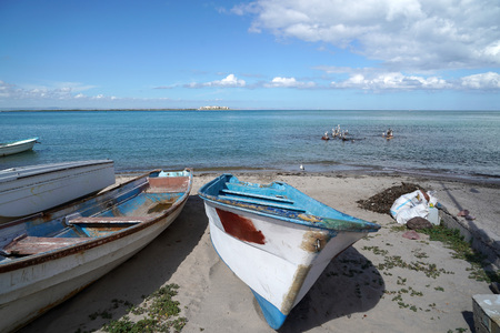 La Paz Baja California Sur, México playa cerca del paseo marítimo llamado Malecón barco y pelícanos Foto de archivo
