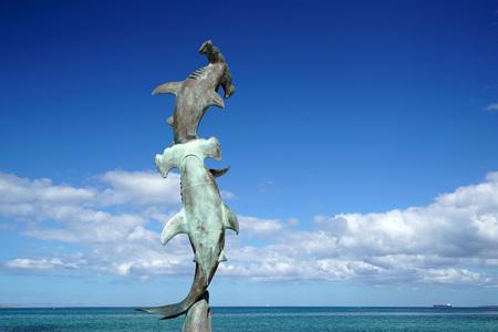La Paz Baja California Sur, México playa cerca del paseo marítimo llamado Malecón estatua de tiburón martillado