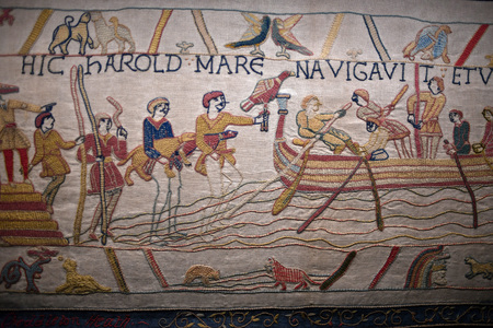 bayeux arazzo medievale battaglia inghilterra francia dettaglio primo piano
