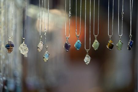 muchos colgantes de piedra en el detalle del mercado
